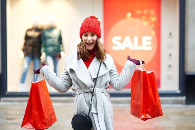 Piękna kobieta, ciesząc się na zakupy w mieście