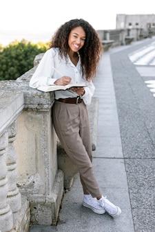 Piękna kobieta cieszy się dnia wolnego czytanie