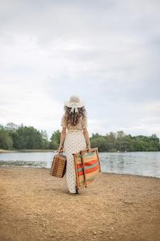 Piękna kobieta cieszy się dzień przy jeziorem