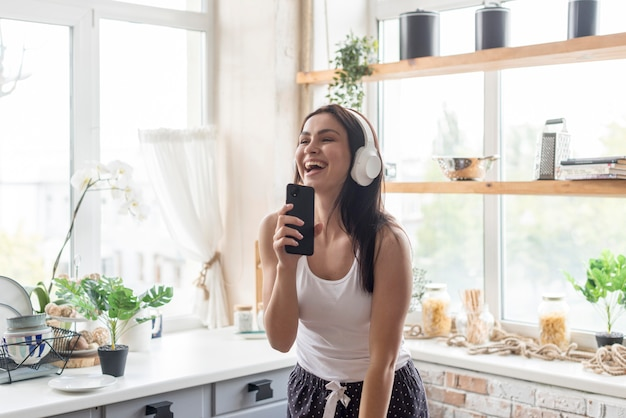 Piękna kobieta cieszy się muzykę w ranku