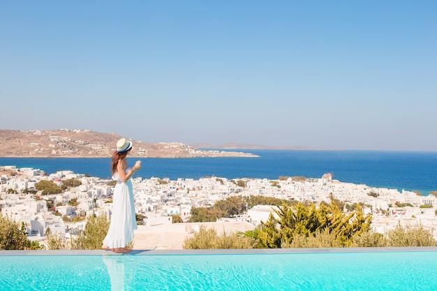 Piękna kobieta cieszy się wakacje blisko basenu