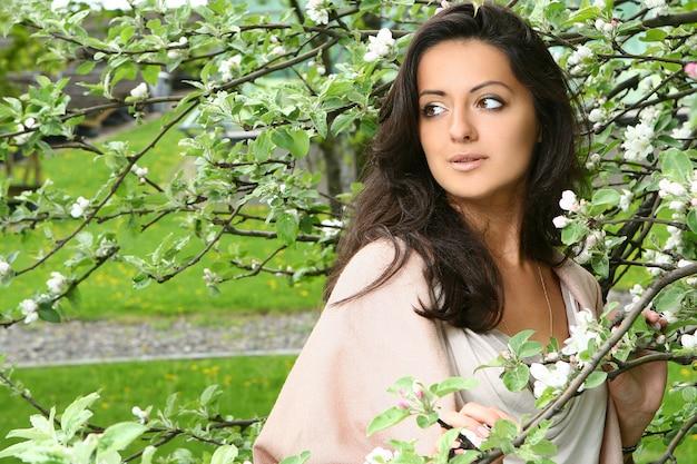 Piękna kobieta cieszy się wiosnę w parku