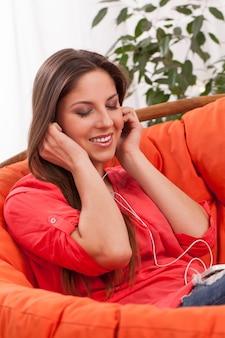 Piękna kobieta cieszyć się muzyką w słuchawkach