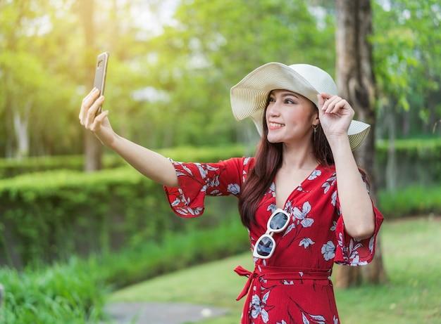 Piękna kobieta, co selfie zdjęcie na smartfonie