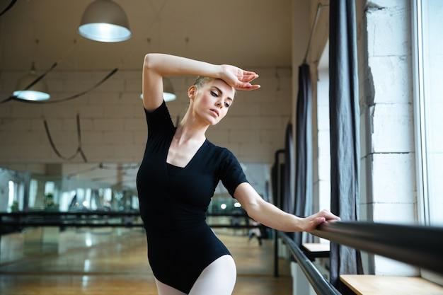 Piękna kobieta ćwiczy na zajęciach baletowych