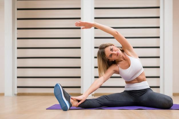 Piękna kobieta ćwiczy przy gym