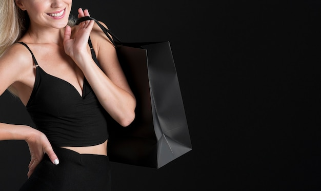 Piękna kobieta czarny piątek koncepcja z miejsca na kopię