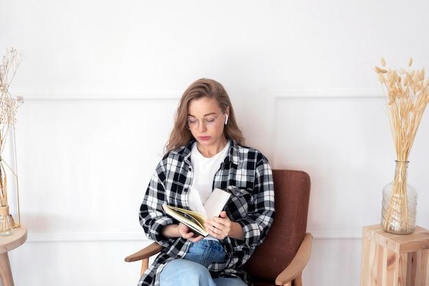 Piękna kobieta czyta książkę
