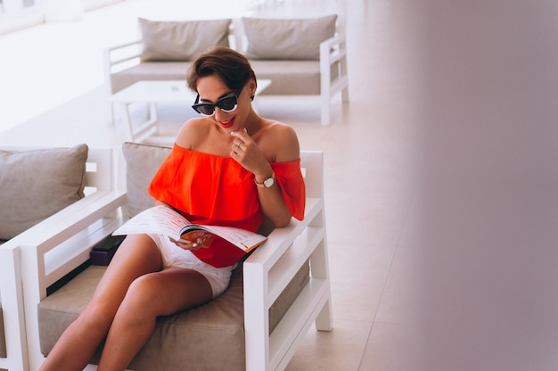 Piękna kobieta, czytanie czasopism