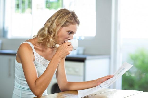 Piękna kobieta, czytanie gazety