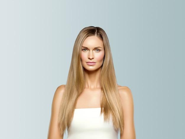 Piękna kobieta długie włosy blond naturalny portret z makijażem uroda. na szaro.