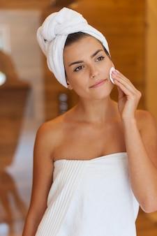 Piękna kobieta do usuwania makijażu z twarzy