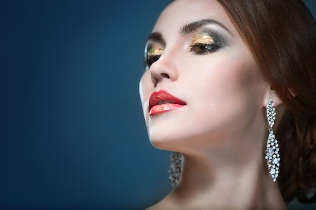Piękna kobieta eith jasny makijaż z nieostrością