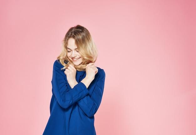 Piękna kobieta elegancki styl niebieska sukienka styl życia emocje różowy