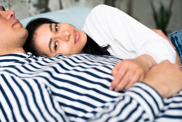 Piękna kobieta etniczne leżące na klatce piersiowej partnera płci męskiej