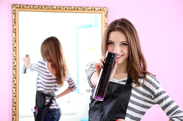 Piękna kobieta fryzjer w salonie kosmetycznym