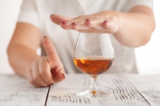 Piękna kobieta gestykuluje nie pije