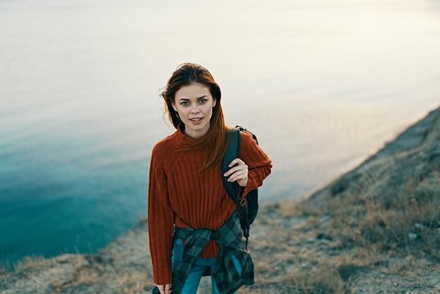 Piękna kobieta góry natura świeże powietrze plecak sweter morze chmury