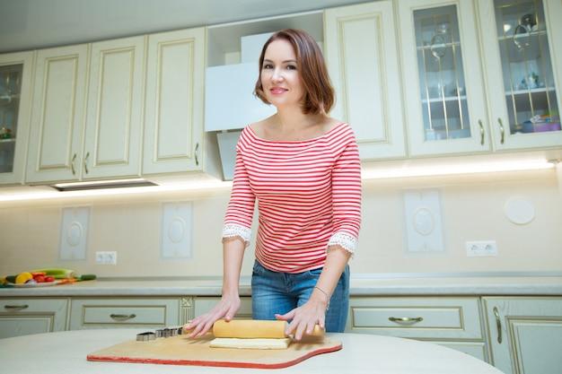 Piękna kobieta gotuje w kuchni