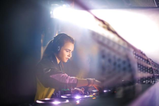 Piękna kobieta gra muzyka w klubie nocnym
