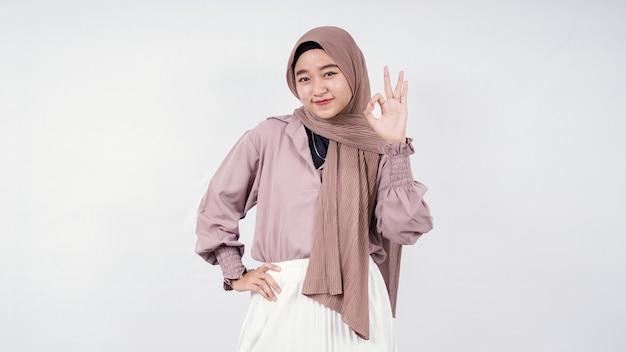 Piękna kobieta hijabers czuje się dobrze na białym tle