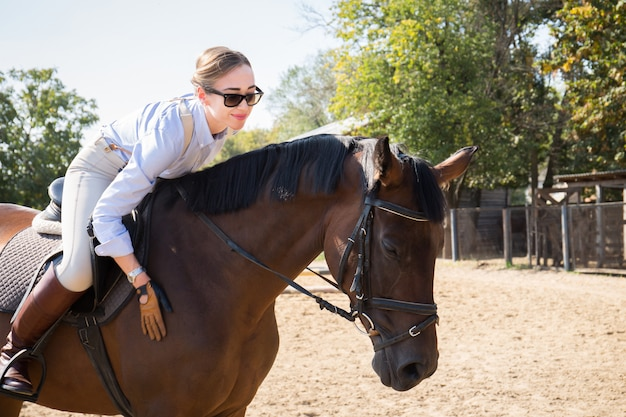 Piękna kobieta horsewoman, zakończenie