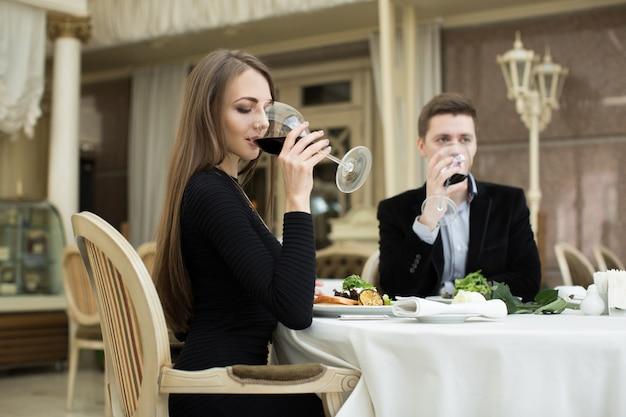 Piękna kobieta i mężczyzna pije wino w restauracji