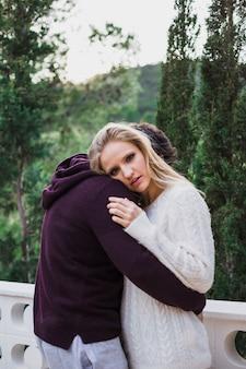 Piękna kobieta i mężczyzna przytulanie