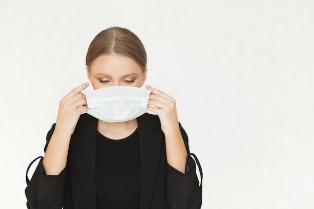 Piękna kobieta interesu stawia maskę wirusa na jej twarzy