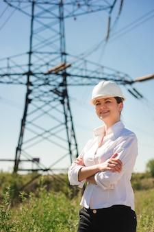 Piękna kobieta inżyniera praca przy elektryczną podstacją.