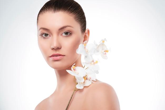 Piękna kobieta jak świeży naturalny kwiat