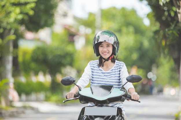Piękna kobieta, jazda motocyklem