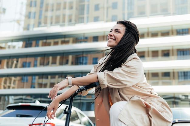 Piękna kobieta, jazda na rowerze ekologicznym