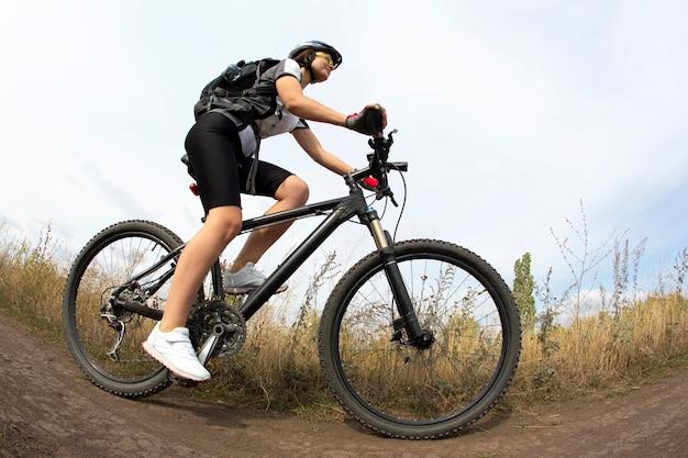 Piękna kobieta, jazda na rowerze w przyrodzie. sport i rekreacja. hobby i zdrowie.