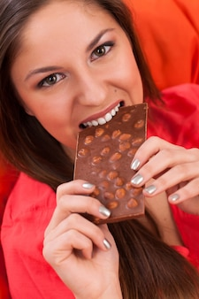 Piękna kobieta je czekoladę