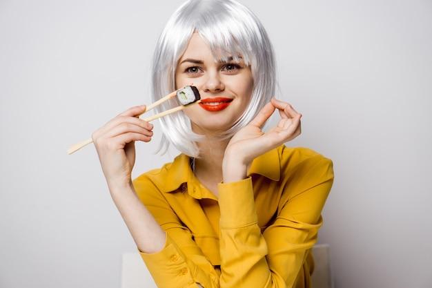 Piękna kobieta jedzenie sushi