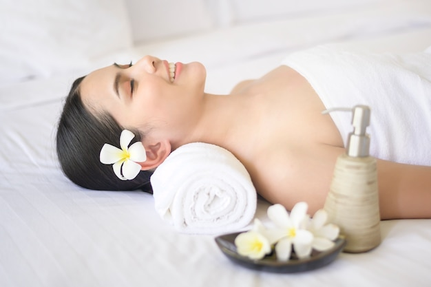 Piękna kobieta jest relaksująca i ma masaż w uzdrowisku, koncepcja masażu i zabiegów kosmetycznych.