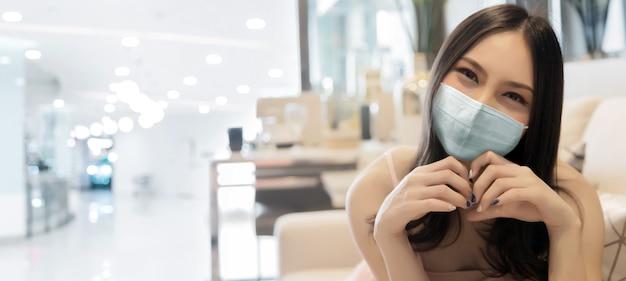 Piękna kobieta jest ubranym maskę
