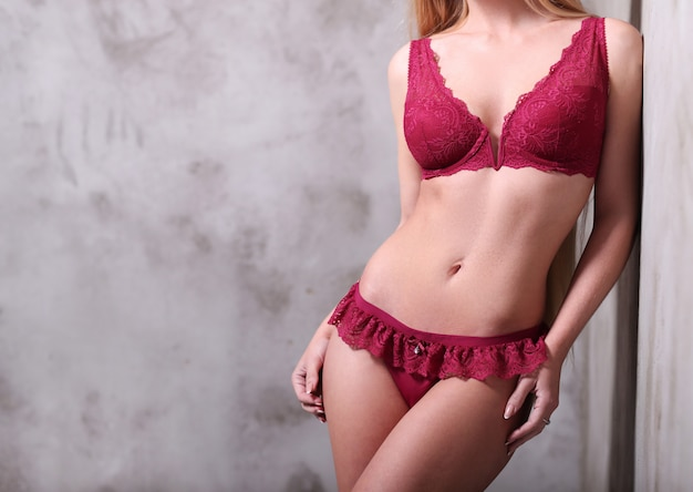 Piękna kobieta jest ubranym seksowną czerwoną bieliznę