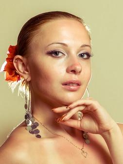 Piękna kobieta jest ubranym suknię flamenco