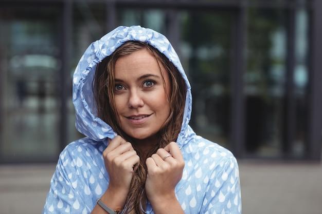 Piękna kobieta jest ubranym windcheater