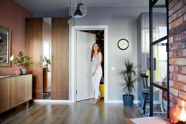 Piękna kobieta jest zaskoczona, chętnie wprowadza się do nowego mieszkania