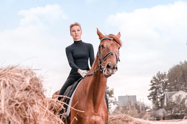 Piękna kobieta jeździ na koniu. koncepcja sportu jeździeckiego. różne środki przekazu