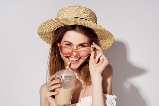 Piękna kobieta kieliszek z napojem w ręku moda na białym tle