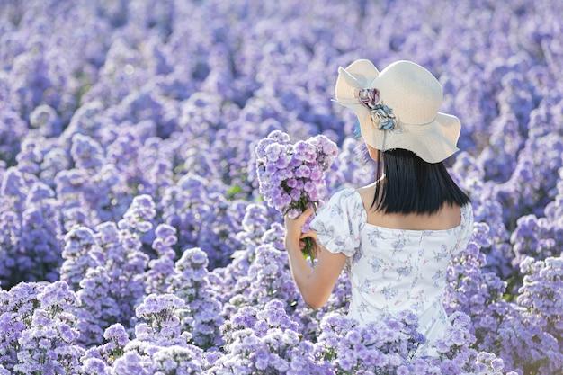Piękna kobieta korzystających z pola kwiatów
