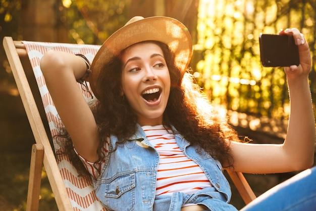 Piękna kobieta kręcone na zewnątrz w parku