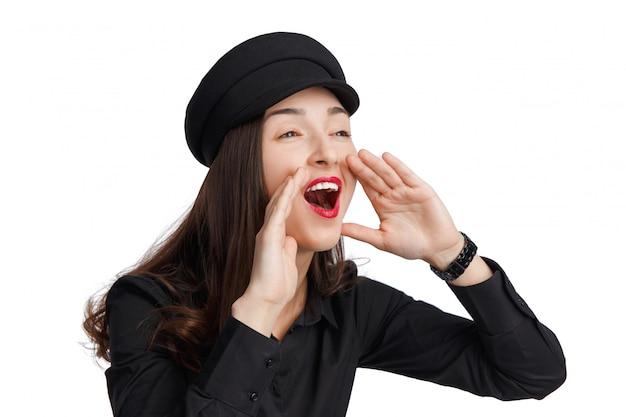 Piękna kobieta krzyczy i krzyczy