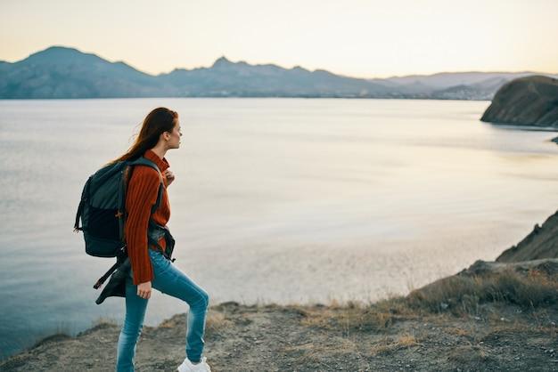 Piękna kobieta, która blokuje na plecach turystyka górska krajobraz model zachód słońca