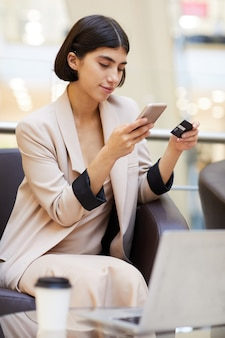 Piękna kobieta kupuje ubrania online