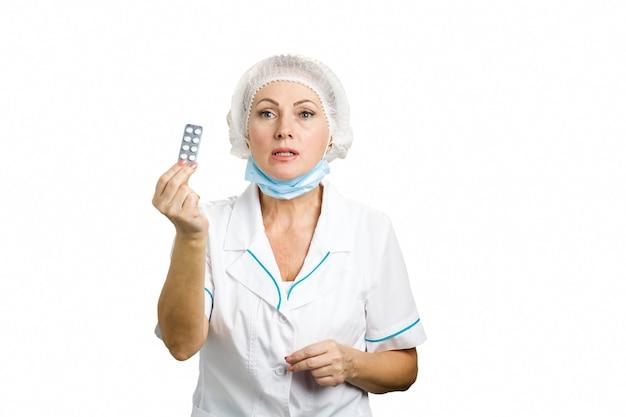 Piękna Kobieta Lekarz Pokazuje Pigułki. Dojrzała Kobieta Lekarz Przepisując Leki I Dając Blister Tabletek Stojących Na Białym Tle. Premium Zdjęcia